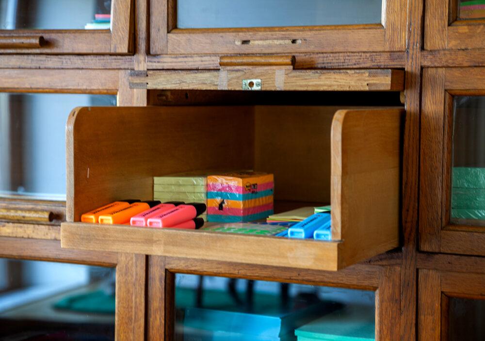 Holzschublade mit Workshopmaterialien